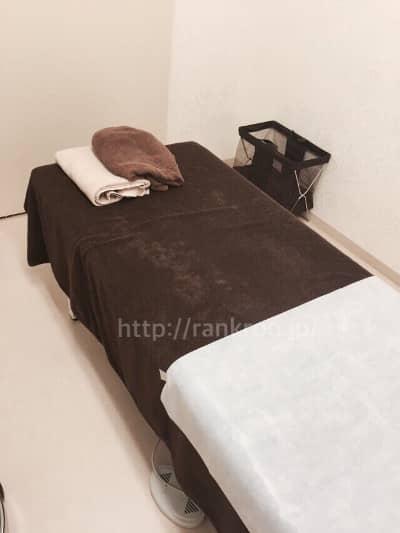 施術部屋のベッドとタオル