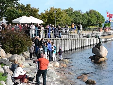 人魚姫像を見に来た観光客