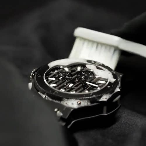 ブランド買い取り_時計を拭く